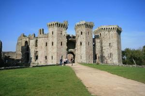 800px-Raglan_Castle's_main_entrance